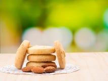 关闭在曲奇饼的射击在木背景 免版税库存图片