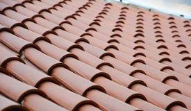关闭在有陶瓷砖的屋顶建筑 免版税图库摄影
