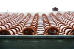 关闭在有陶瓷砖的屋顶建筑 免版税库存图片