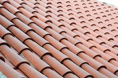 关闭在有陶瓷砖的屋顶建筑 库存图片