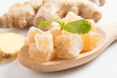 关闭在木匙子的糖煮的明确的姜糖果片 免版税图库摄影