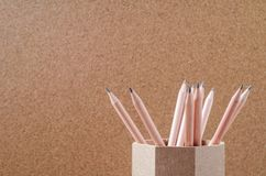 关闭在木持有人的铅笔有棕色背景 库存图片