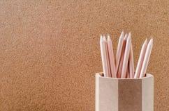 关闭在木持有人的铅笔有棕色背景 库存照片