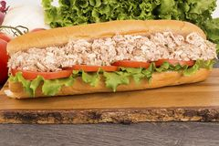 关闭在木板条的水下金枪鱼三明治 免版税库存图片