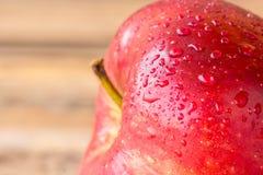 关闭在木桌上的新鲜的红色苹果 库存照片