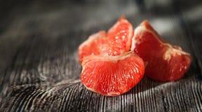关闭在木的水多的新鲜的葡萄柚 免版税库存图片