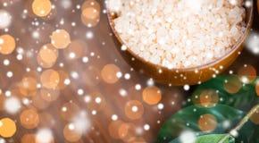 关闭在木碗的喜马拉雅桃红色盐 库存图片