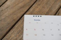 关闭在木纹理的日历 库存图片