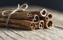 关闭在木背景的桂香健康香料 库存图片