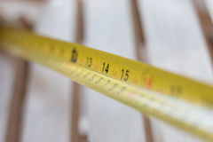 关闭在木背景的测量的磁带 免版税库存图片