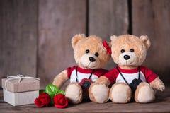 关闭在木背景的熊玩偶 免版税库存照片