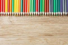 关闭在木背景,直接位置的绿色铅笔 免版税库存图片
