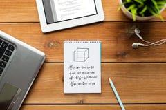 关闭在木头的笔记本、膝上型计算机和片剂个人计算机 免版税库存图片
