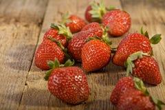 关闭在木头的草莓 免版税库存照片