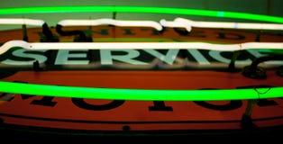 关闭在标志的一盏绿色和白色氖灯 免版税库存照片
