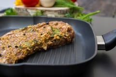 关闭在格栅平底锅的用卤汁泡的肉,菜,胡椒, o 图库摄影