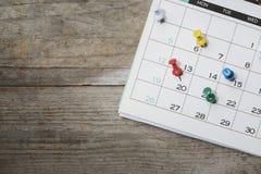 关闭在桌上的日历 免版税库存照片