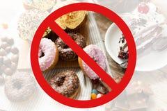 关闭在桌上的甜点在没有标志后 免版税库存照片