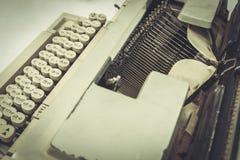 关闭在桌上的静物画打字机 免版税库存图片