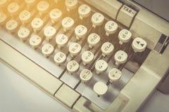 关闭在桌上的静物画打字机 免版税库存照片