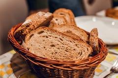 关闭在桌上的黑面包篮子 免版税库存图片