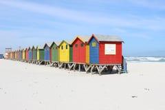 关闭在梅曾贝赫海滩的五颜六色的小屋 免版税图库摄影
