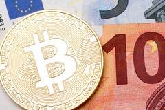 关闭在欧洲货币背景,宏指令s的金黄bitcoins 免版税图库摄影