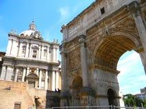 关闭在毛皮围巾的小山和罗马论坛在罗马 免版税库存照片