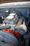 关闭在汽车敞篷里面的发光的金属引擎 免版税库存照片