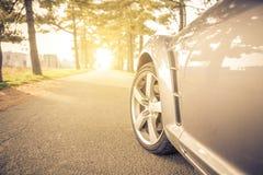 关闭在汽车轮胎,当漂移在街道上时 免版税库存图片