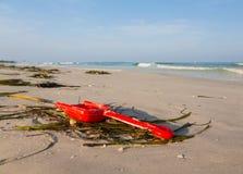 关闭在沙滩的红色childs锹 免版税库存图片
