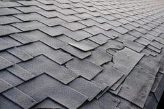关闭在沥青屋面木瓦背景的看法 屋顶木瓦-屋顶 木瓦用霜报道的屋顶损伤 免版税图库摄影