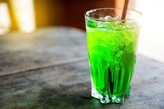 关闭在泰国老葡萄酒样式的颜色绿色新鲜的软饮料 免版税库存照片