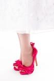 关闭在流行粉红短剑的womans英尺 免版税库存图片