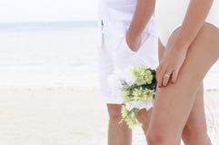 关闭在海滩的一个婚礼 免版税库存图片