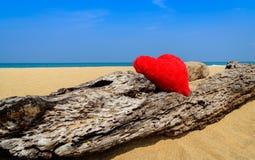 关闭在海洋海滩沙子的红色心脏-爱holid的概念 库存照片
