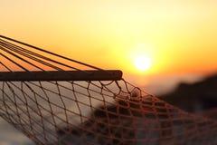 关闭在海滩的一个吊床在日落 免版税库存图片