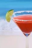 关闭在海滩的红色马蒂尼鸡尾酒鸡尾酒 库存照片