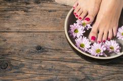 关闭在温泉沙龙的一只女性脚 免版税库存图片