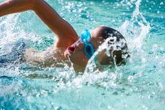 游泳实践的男孩。 免版税库存图片