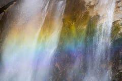 关闭在瀑布的彩虹在优胜美地国家公园Californ 免版税库存照片
