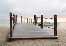 关闭在热带海滩的码头 库存照片