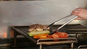 关闭在烹调在bbq的菜kebabs 股票视频