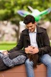 关闭在爱的一对美好的年轻夫妇在st情人节,妇女靠着在他的男朋友腿,在公园 免版税图库摄影