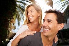 关闭在爱的微笑的夫妇外面在容忍 库存照片