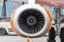 关闭在现代飞机的一个涡轮风扇飞机引擎 免版税库存照片