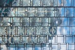 关闭在现代大厦一座高层建筑物的玻璃结构样式  库存图片