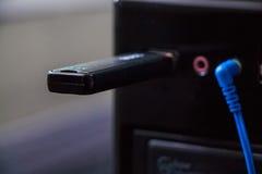 关闭在现代计算机USB插口的一刹那棍子 免版税库存照片