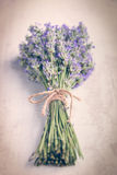 关闭在白色木背景的淡紫色花束 例证百合红色样式葡萄酒 免版税图库摄影