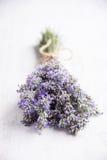 关闭在白色木背景的淡紫色花束 免版税库存图片